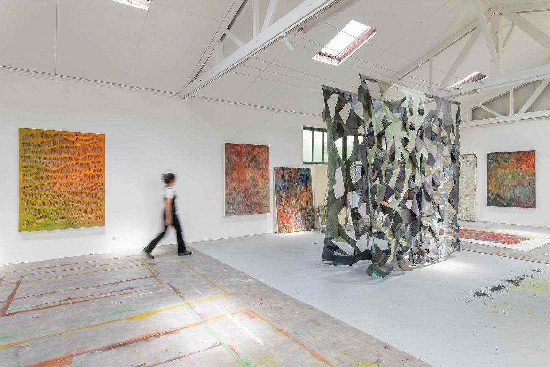 Georgia Russell in ihrem Atelier, Méru 2021. Foto: Nicolas Brasseur, Courtesy Galerie Karsten Greve.